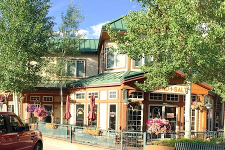 Right on Main Street - Close to the Lake - Hot Tub