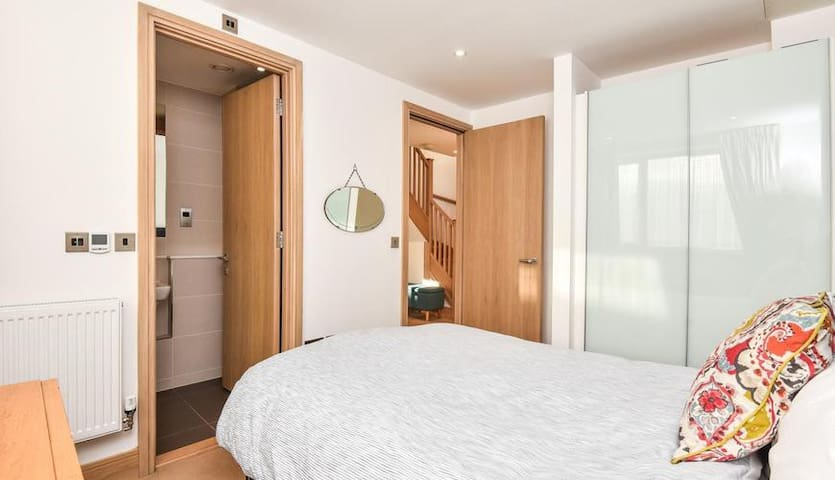 Modern double bedroom with private en-suite shower