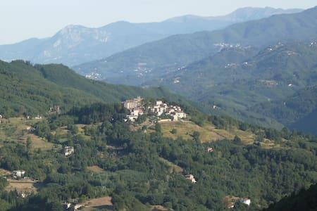 Casa Fucina in Corsagna Village - Corsagna - บ้าน