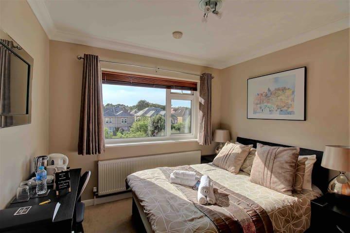 QUIET DOUBLE BEDROOM, PVT BATHROOM -BEST LOCATION