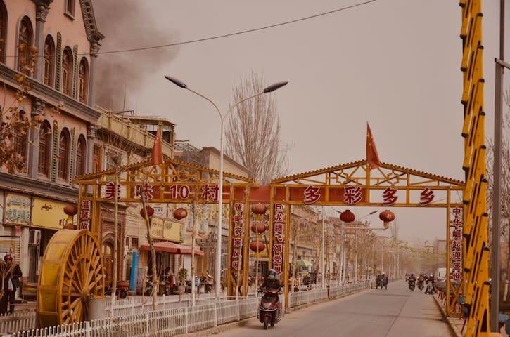 维族装饰风格四人间榻榻米(紧邻喀什新宾馆。离喀什老城区、东巴扎、香妃墓、艾提尕清真寺很近,可步行)