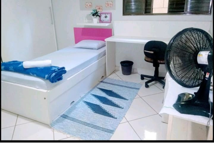 Quarto confortável com 2 cama de solteiro.(bicama)
