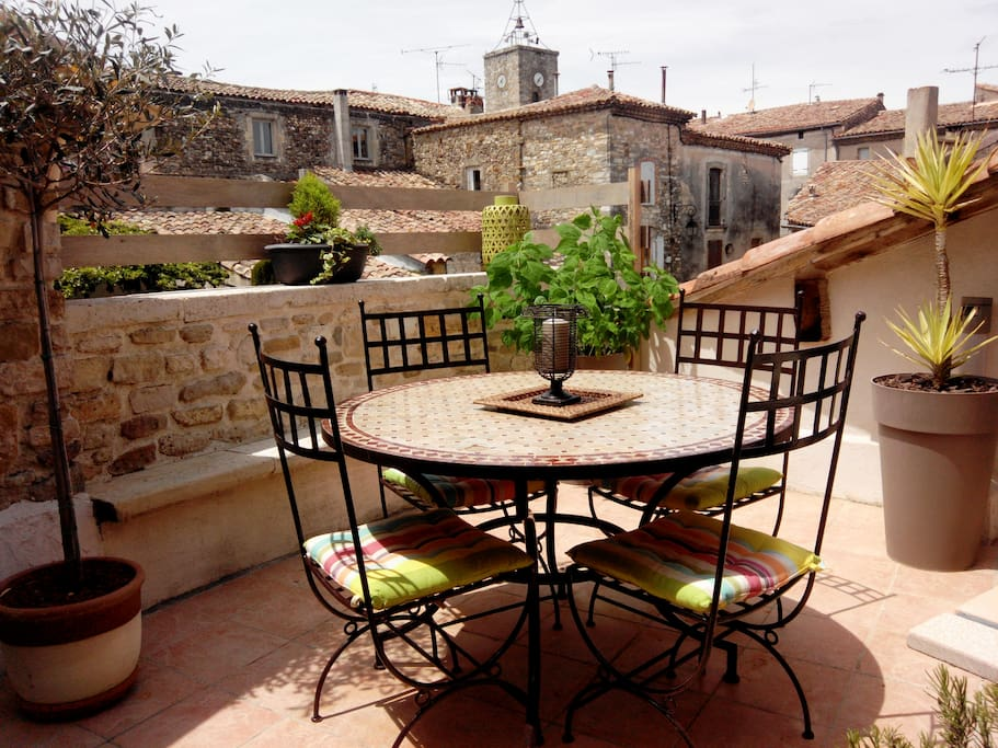 terrasse sur les toits et jacuzzi houses for rent in uz s languedoc roussillon midi pyr n es. Black Bedroom Furniture Sets. Home Design Ideas