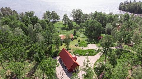 Hus ved søen, midt i naturen med 270° kystlinje