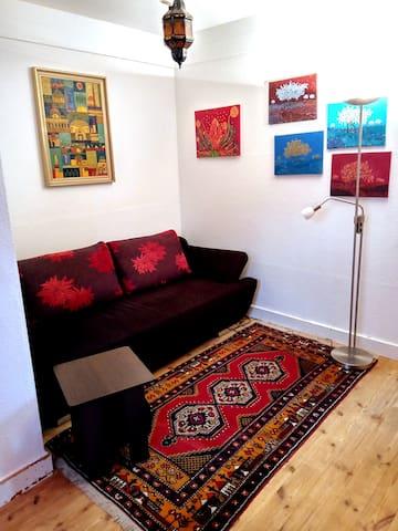 Gästezimmer mit Schlafsofa  (Durchgangszimmer  mit Tür zum Flur  und Tür zum  Wohn-/Essenreich)