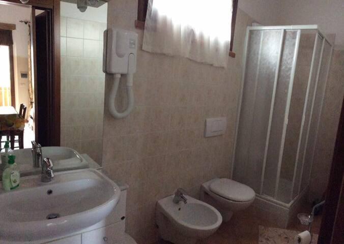 Bagno con doccia idromassaggio Bathroom full furnished