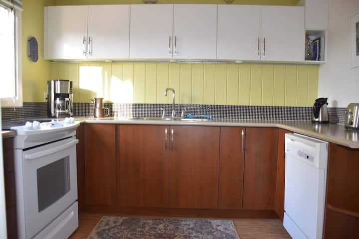Large Central Suite with Laundry and Full Kitchen