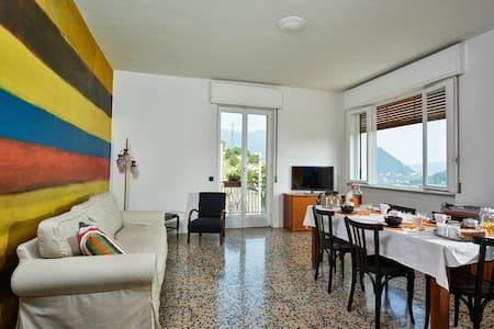 Comovà: Grande appartamento in  villa con giardino - Maslianico - วิลล่า