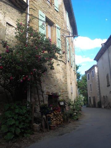 Ancienne cure village médiéval, saint A. de rosans - Saint-André-de-Rosans - Şehir evi