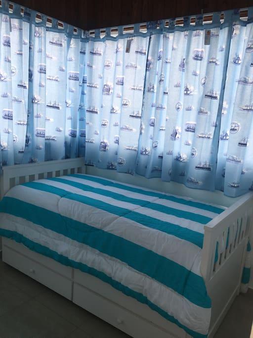 Moderna cama individual:- 2 en una. La segunda sale como cajón.