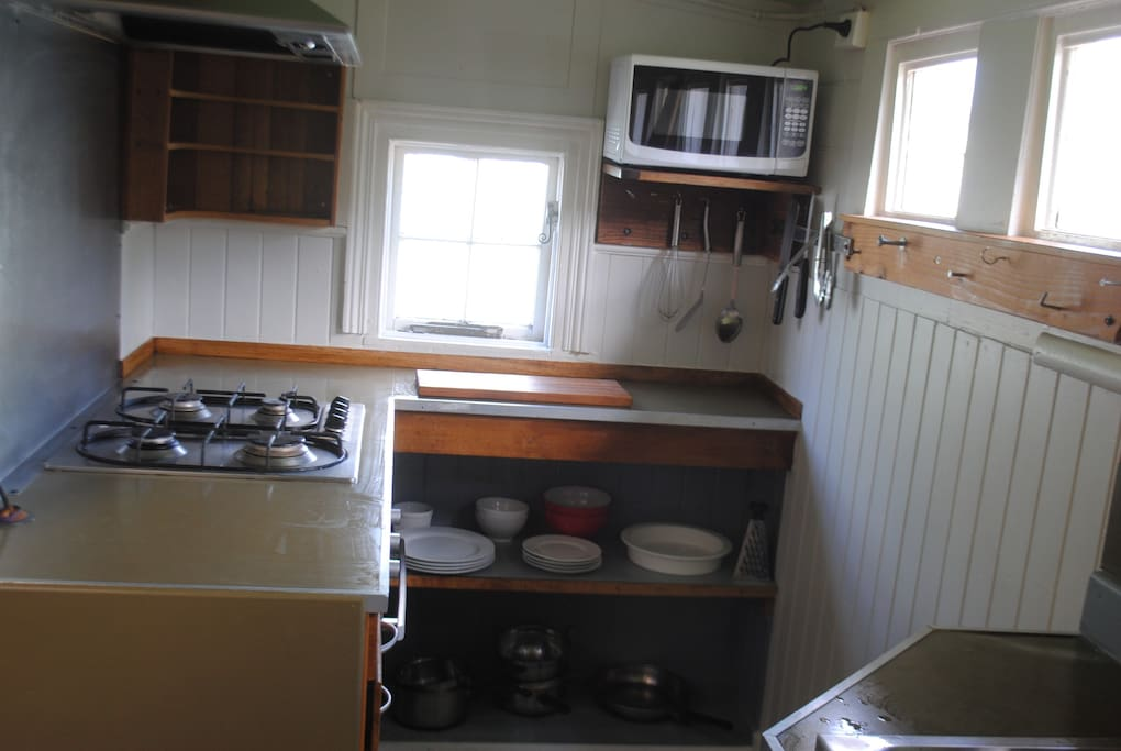 Gas cooktop, electric oven. Microwave.