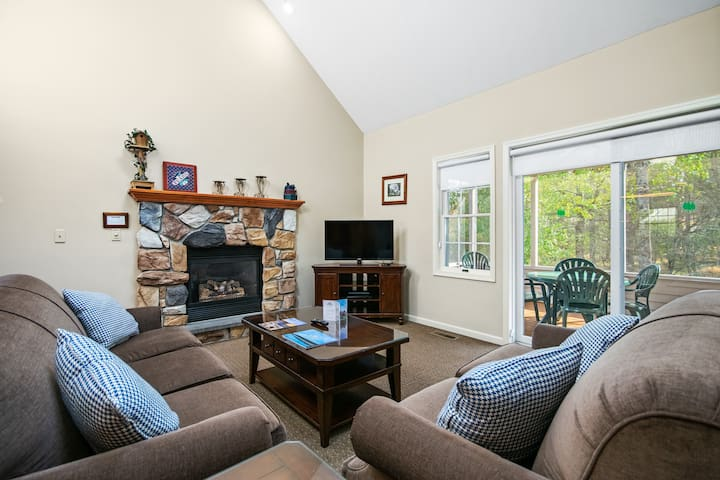 Redwood (512) from Vacation Rentals by Woodloch