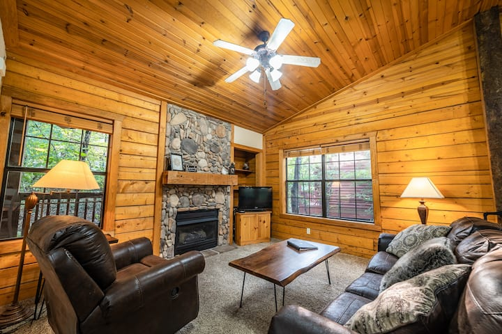 Rustic King Bed Cabin with Fireplace & Jacuzzi Tub