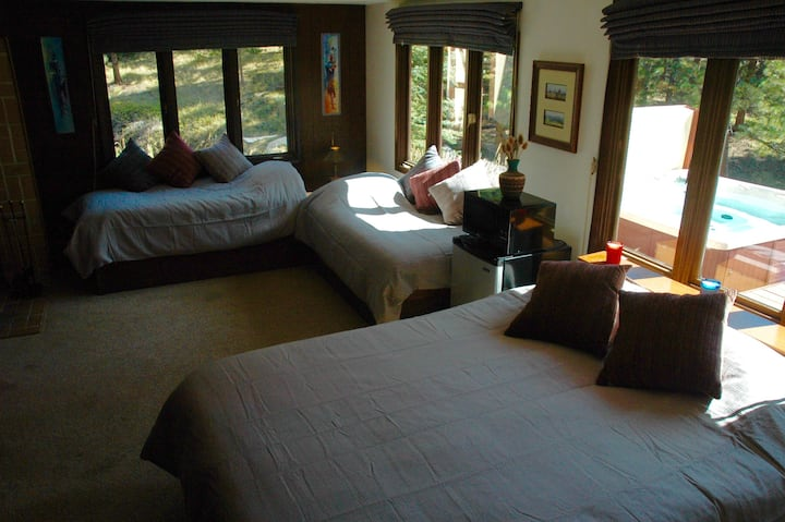 Cozy three-bed mountain studio west of Boulder.