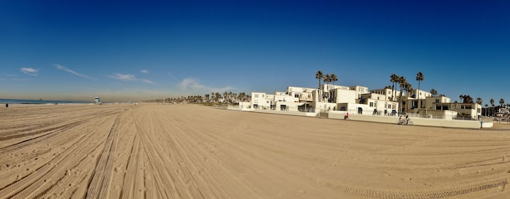 Beachfront condo best location in Huntington Beach