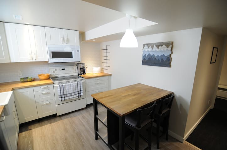 Newly Renovated Basement Suite Near Downtown/Whyte