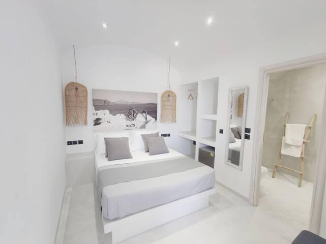 Caldera Jacuzzi Suite in fira