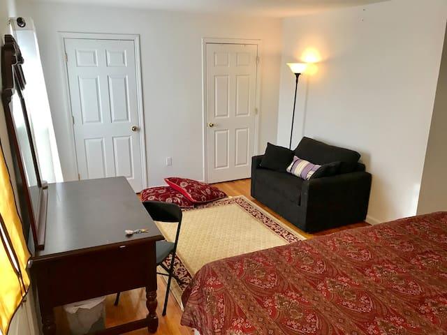 Quiet cozy master bedroom w/bathroom 15 min to NYC
