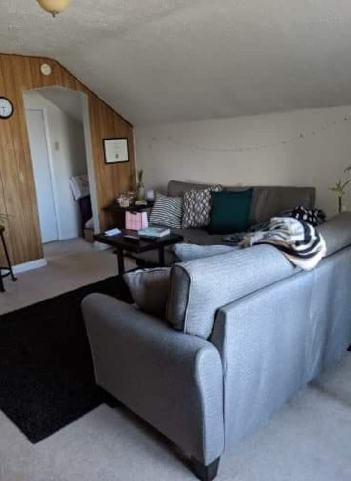 Cozy 2nd floor unit close to downtown.