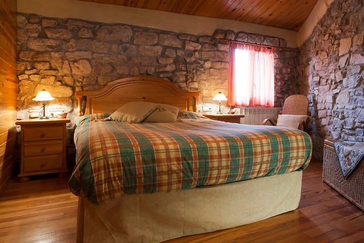 Habitación en grande y peculiar casa en la montaña - El Bosquet - Dom