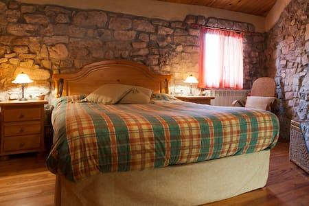 Habitación en grande y peculiar casa en la montaña - El Bosquet - Hus