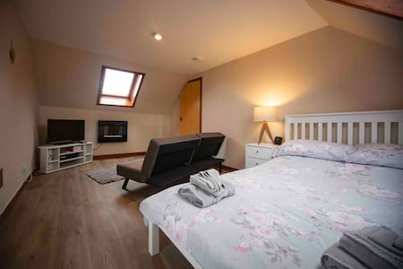 The Attic Flat, centre of Thurso, NC500, Sleeps 4