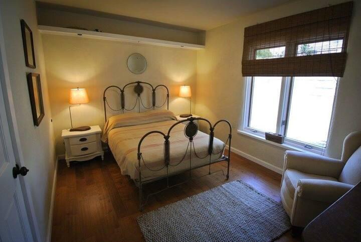 Spacious 2 bedroom with mid-century charm