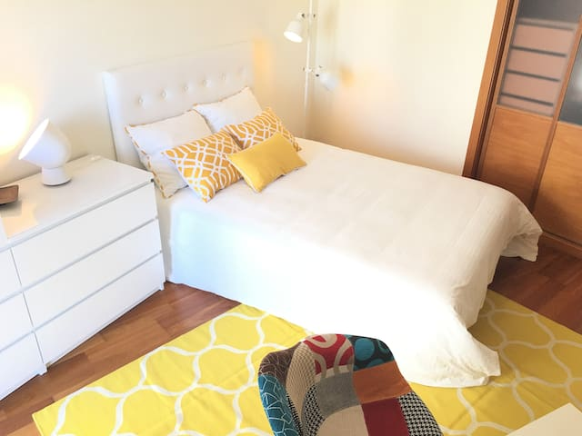 Sunny & Spacious yellow room, close to Lisbon - Seixal - Departamento