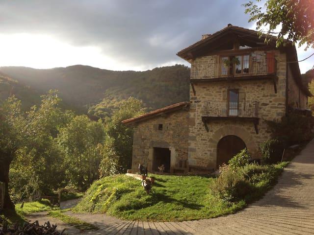 caserío en la montaña navarra - Arrarats