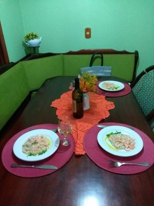 Espaço compartilhado acolhedor para as refeições.