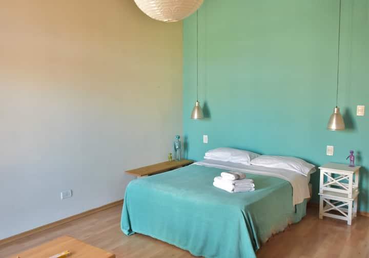 Hermosa habitación con baño y balcón privados