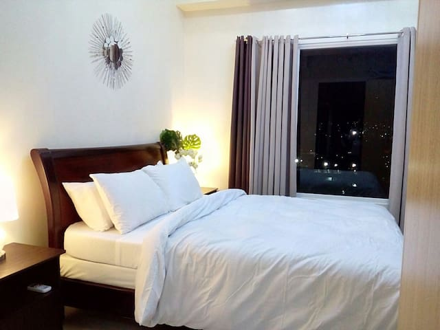 Do you love to dive that bed and feel the luxurious vibe on it. . And It's quite nice having a pile of pillows to sleep on and a deliciously crisp white duvet to envelop yourself in, while enjoying the stunning city mountain view.