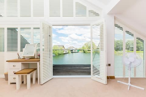 Cotswolds, lakeside home, sleeps 8, hot tub