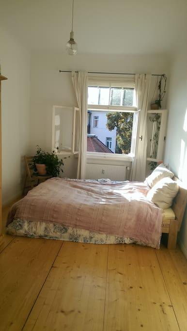 Schlafzimmer mit freiem Blick über die Dächer