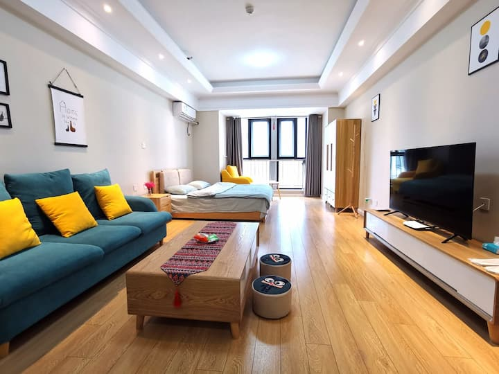 [好马公寓]万达广场公寓原木精致大床房