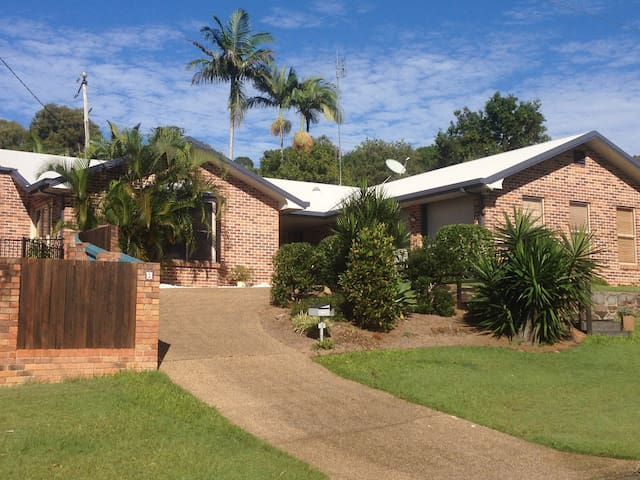 Sunny Queen bed & private bathroom, open living - Buderim - Casa