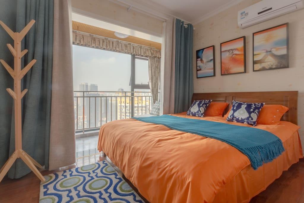 主卧无敌视野房,进门左手边的一个卧室,舒适温馨,还有阳台可以看风景。