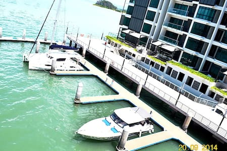 LUXURIOUS RESORT APARTMENT BY THE SEA - Gelugor