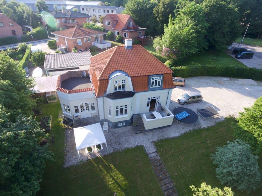Huset set fra Luften. The house seen from above.