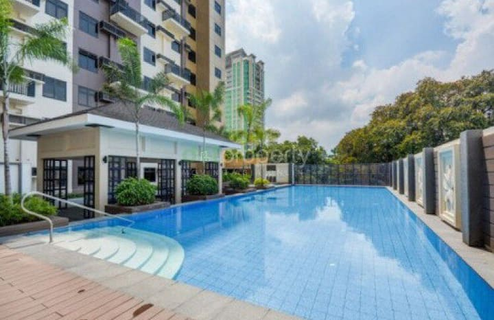 City Resort Home w/ Pool near UP, Ayala & IT Park