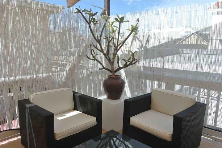 Spectacular private veranda & patio,walk to beach!