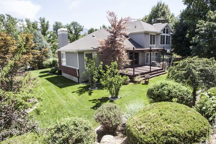 Incredible Sandy Home w/Large Deck, Mins to Skiing