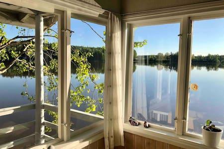 Liv.ingbythelake Mökki järven kyljessä