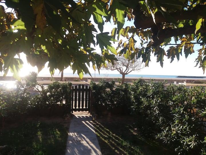 Maison front de mer avec  jardins face à la mer