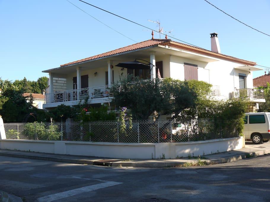 la maison est située dans un quartier calme à 500 m du centre ville. On peut se garer à l'extérieur (place privée)