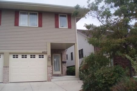 Quiet Spacious Home w/ Quick + Easy Access to City - Milwaukee