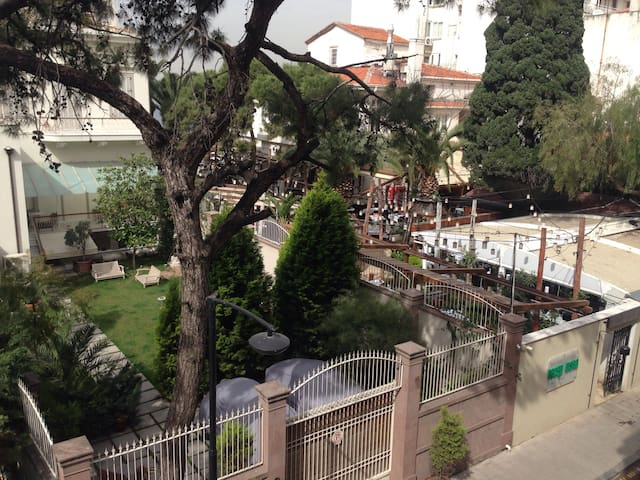 Room in Very Central, Modern Flat Nearby Seaside - İzmir - Townhouse