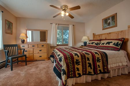 1/2 mile from Yellowstone Park - West Yellowstone - Condominium