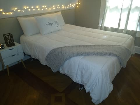#3 Neat Niche~Comfy Full bed, Wifi and Roku TV