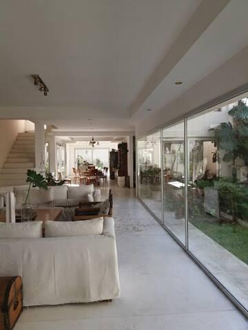 Habitación  en suite, jardines y  piscina.